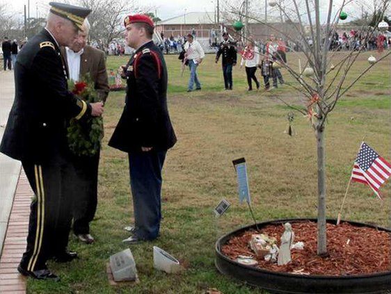 MG Murray helps Sfc Paul Smiths father Donald Pvirre place wreath on his tree at Warriors Walk
