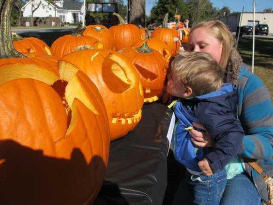 Spook-pumpkinkiss1